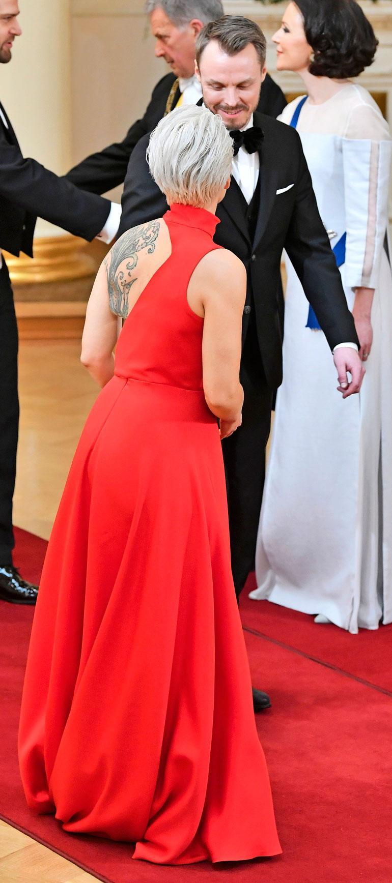 Iltapuvun selkä oli suunniteltu paljastamaan Annan näyttävä riikinkukkotatuointi.