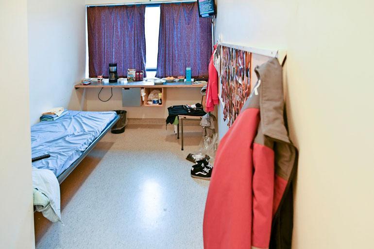 Saramäen vankilassa on sekä yhden että kahden hengen sellejä. Jokaisessa on oma tv ja dvd-soitin sekä oma vessa ja suihku. Vangit saavat itse tuoda mukanaan pelikonsoleita, joissa ei ole nettiyhteyttä.