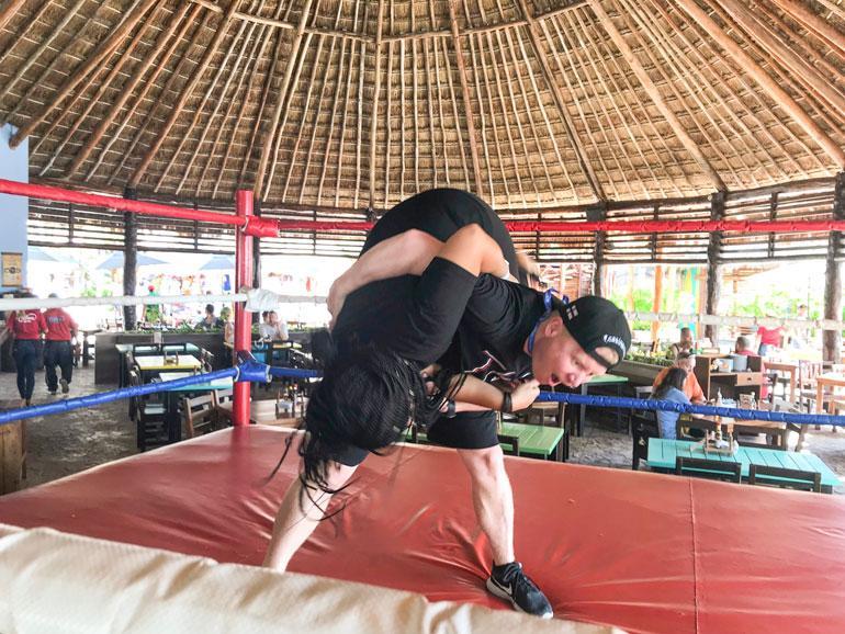 Minttu haastoi Sampon meksikolaiseen vapaapainiin Costa Mayan rantaravintolan kehässä.