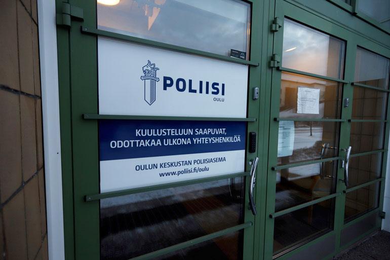 Tutkinnanjohtajan lausuntojen perusteella tiedonkulku Oulun poliisissa ei ole ollut tehokasta. Hän nimittäin kiisti edes tienneensä uhrin isän pahoinpitelyepäilystä, vaikka tätä oli kuulusteltu asiasta kaksi päivää aiemmin.