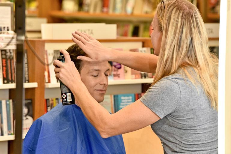 Tukka hyvin, kaikki hyvin. Maskeeraaja Diana Pöldma viimeistelee Jesse Kamraksen hiukset ennen suoraa lähetystä.