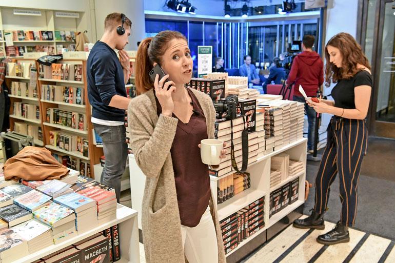Nina joutuu keksimään ratkaisua peruuntuneen vieraan varalle puhelimitse.