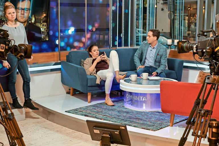 Tätä et näe telkkarissa! Kun katsoja on uutisten, inserttien tai mainosten parissa, on juontajilla lyhyt mahdollisuus ottaa rennosti.