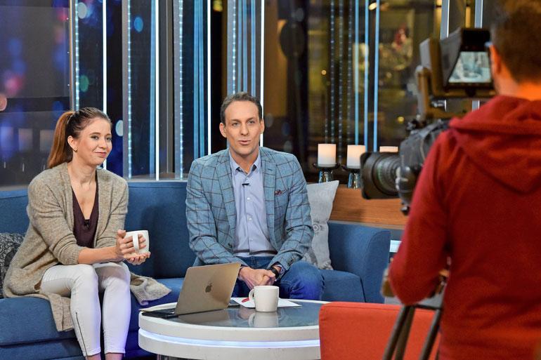Nina Rahkola ja Jesse Kamras juontavat Huomenta Suomea Helsingin keskustasta, Akateemiseen kirjakauppaan rakennetusta studiosta. Herätys on molemmilla aamuneljältä.