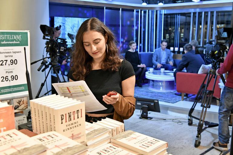 Studioemäntä Vanessa Ylimaz tarkastaa ajolistasta ohjelman kulkua.