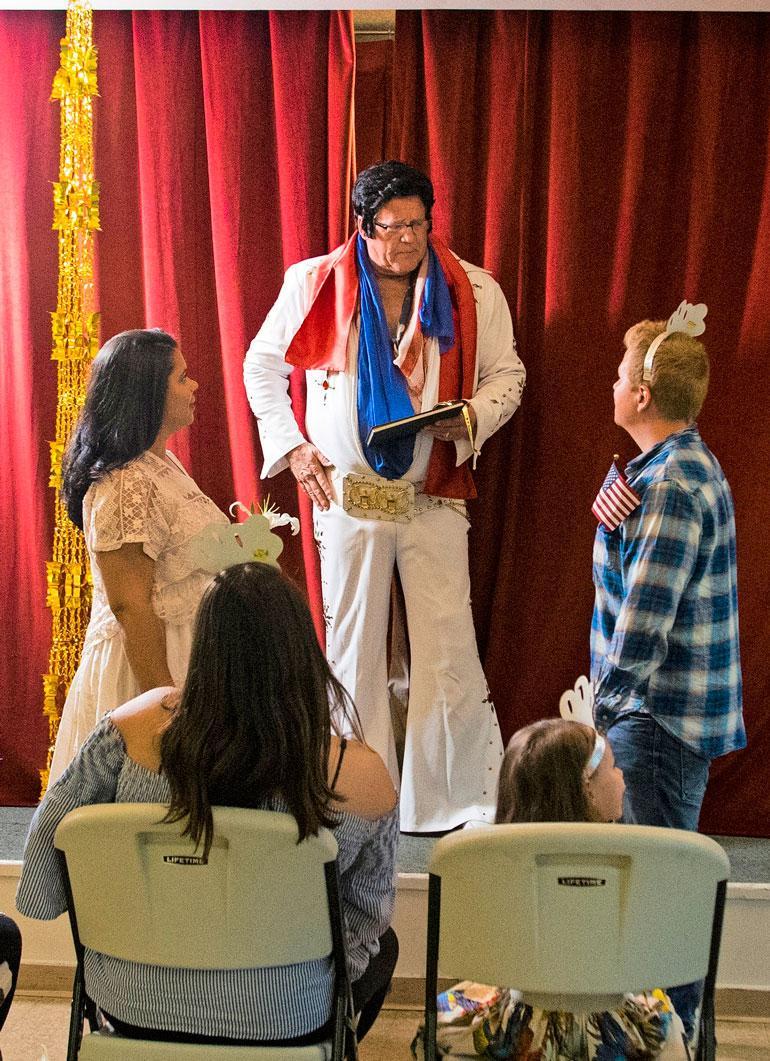"""Minttu ja Sampo uusivat vihkivalansa aitoon lasvegasilaiseen tapaan seremoniamestarina itse """"Elvis""""."""