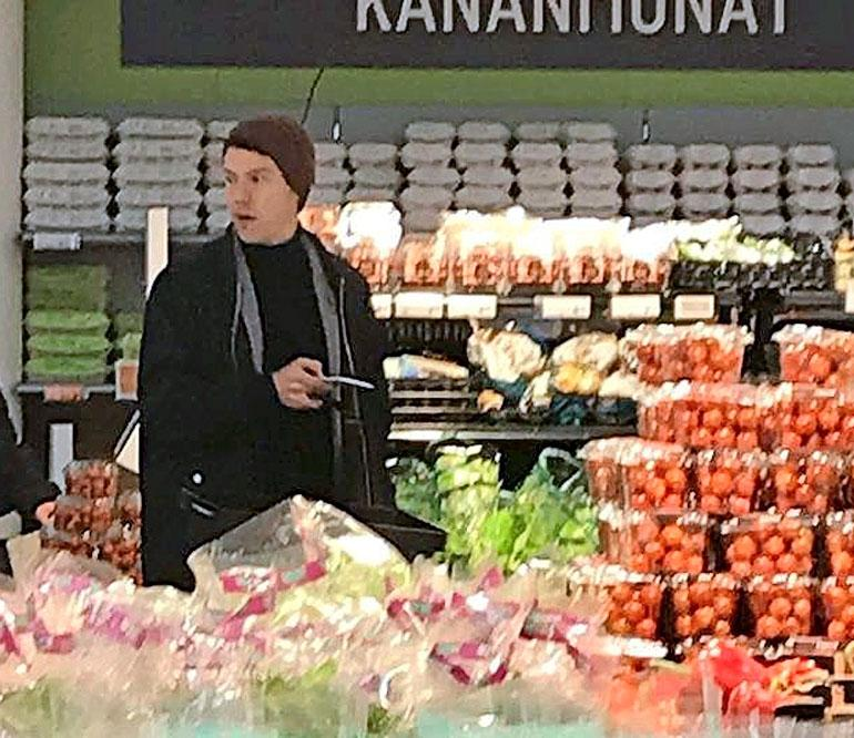 Olavi Uusivirta kaupassa.