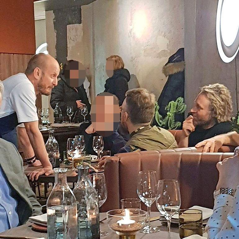 Hans Välimäki ja Kari Aihinen ravintolassa.