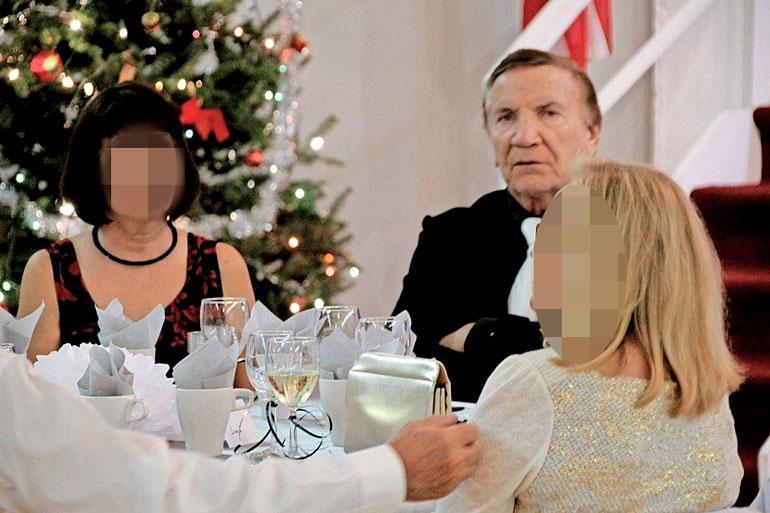 Eino ja tummatukkainen ystävätär juhlistivat uuttavuotta Suomi Talolla Floridan Lantanassa. Kuva on USAsuomeksi.net -sivustolta.