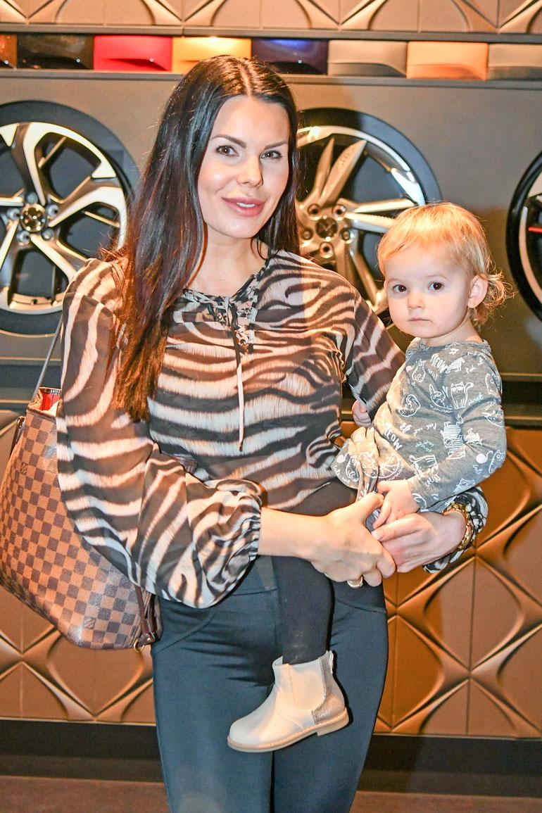 Suvi edusti autokaupan avajaisissa tyttärensä kanssa.
