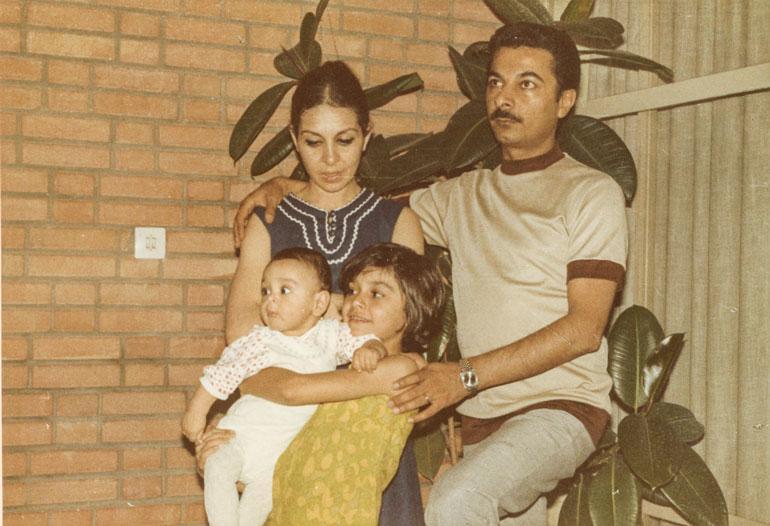 – Synnyin tasa- arvoiseen ja supertiiviiseen perheeseen. Meillä lapsiltakin kysyttiin mielipiteitä. Olen pyrkinyt samanlaiseen yhteyteen myös omien tyttärieni kanssa.