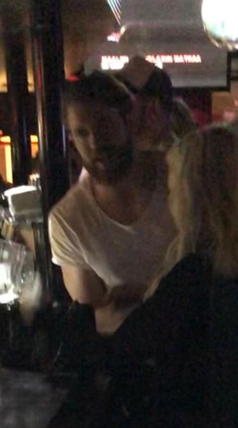Joni Lindlöf juhli karaokessa.