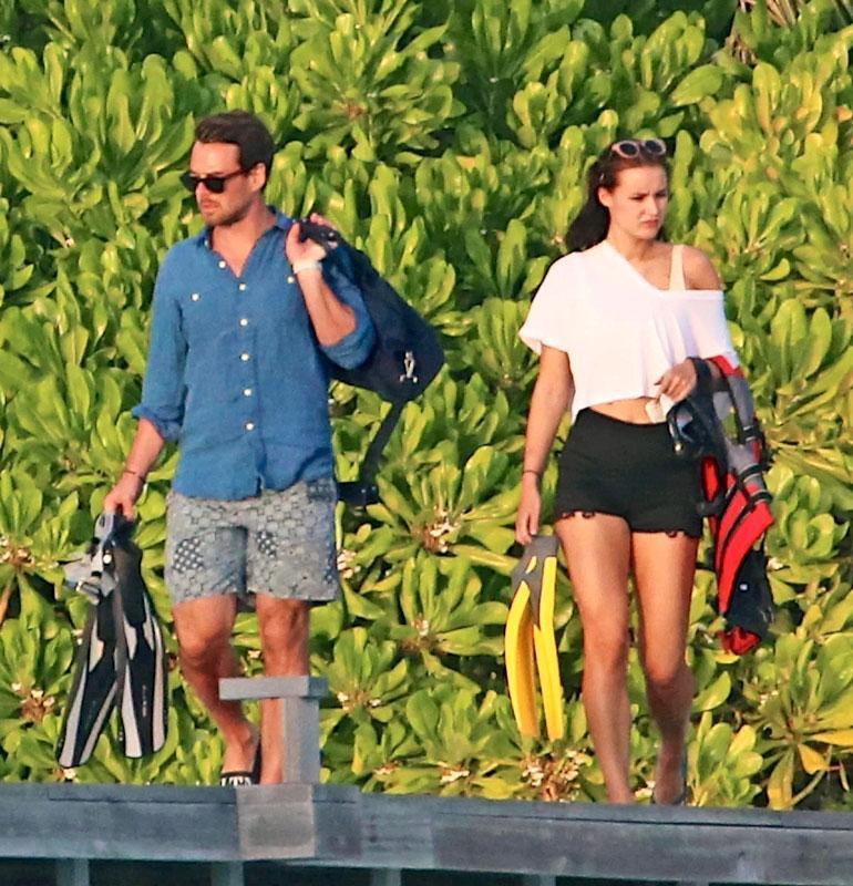 Rakastavaiset lähtivät yhdessä snorklaamaan.
