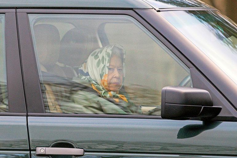 Elisabet ajoi viikko sitten Land Roverillaan julkisella tiellä ilman poliisin suojelua.