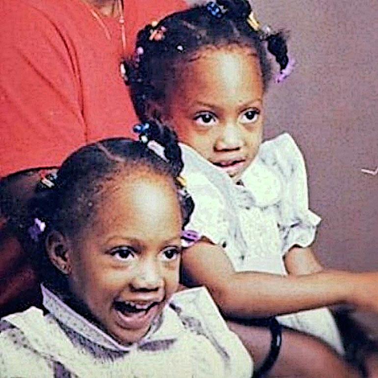Äiti puki kaksosensa pieninä samanlaisiin tyttöjen vaatteisiin.