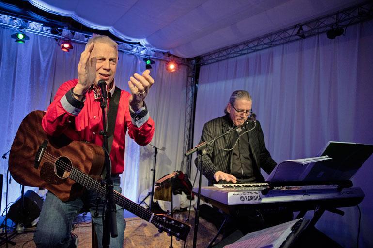 Kari esiintyi Feungirolassa suomalaisravintola Kukossa säestäjänsä Janne Malmsin kanssa. – Piti olla kitara, mutta ihmiset halusivatkin tanssia, joten vedimme tanssimusiikkia.