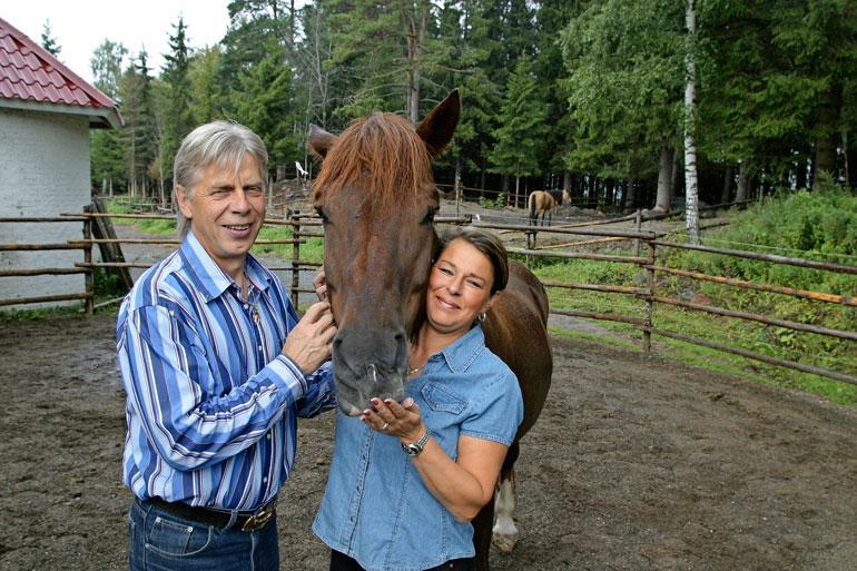 Kari pyörittää Karkkilassa 10 hevosen tallia vaimonsa Maijan kanssa. Sukupolvenvaihdos on heppahommissa työn alla.