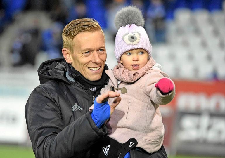 Tytär Lilia pääsi isänsä kanssa katsomaan HJK–VPSottelua huhtikuussa 2016.