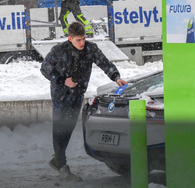 Robin ei taida omistaa kunnon lumiharjaa, sillä hän putsasi autoaan parkkikiekolla!