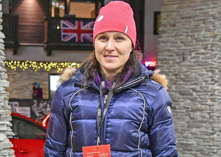Moninkertainen maailmanmestari, kilpaladuilta vetäytynyt Aino-Kaisa Saarinen toimii kisojen pääsihteerinä.