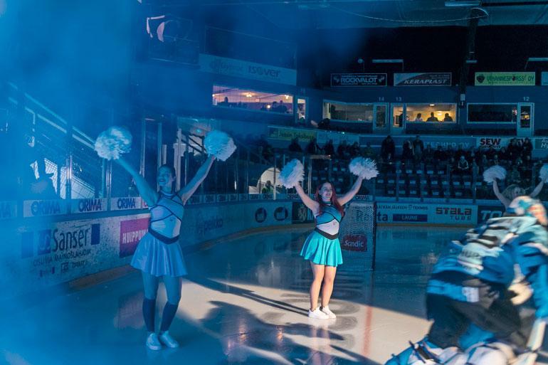 Ennen ottelun alkua Pelicans Dance Girls huiskuttaa jäällä ja toivottaa kotijoukkueen tervetulleeksi pistejahtiin.