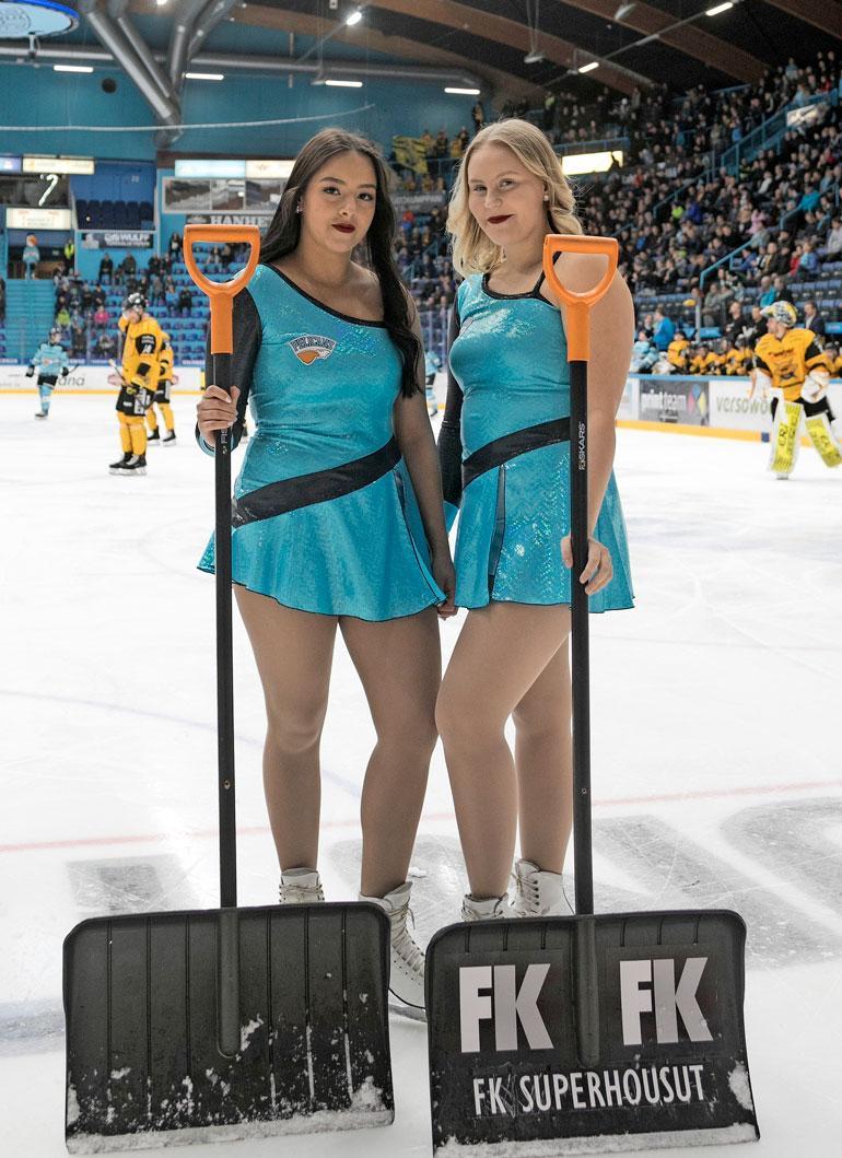 Luisa Polus ja Eevi Koivunen ovat Pelicansin Ice Girls. Näyttävien naisten tehtävänä on kolata kentältä lumet pelikatkojen aikana.