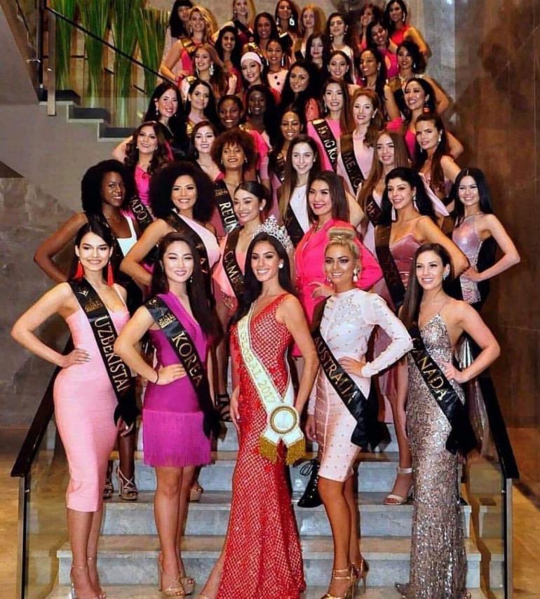 Kaikki Miss Global -kilpailijat tervetuliaisillallisen ja ensimmäisen pressitilaisuuden jälkeen. Alhaalla keskellä viime vuoden voittaja Barbara Vitorelli.