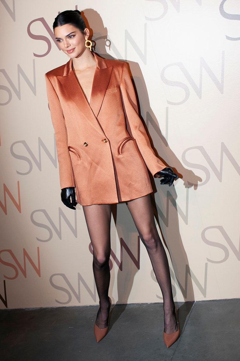 Ei housuja ja sääret esiin! Kendall Jenner näyttää, miten blazeria voi käyttää koko asuna.