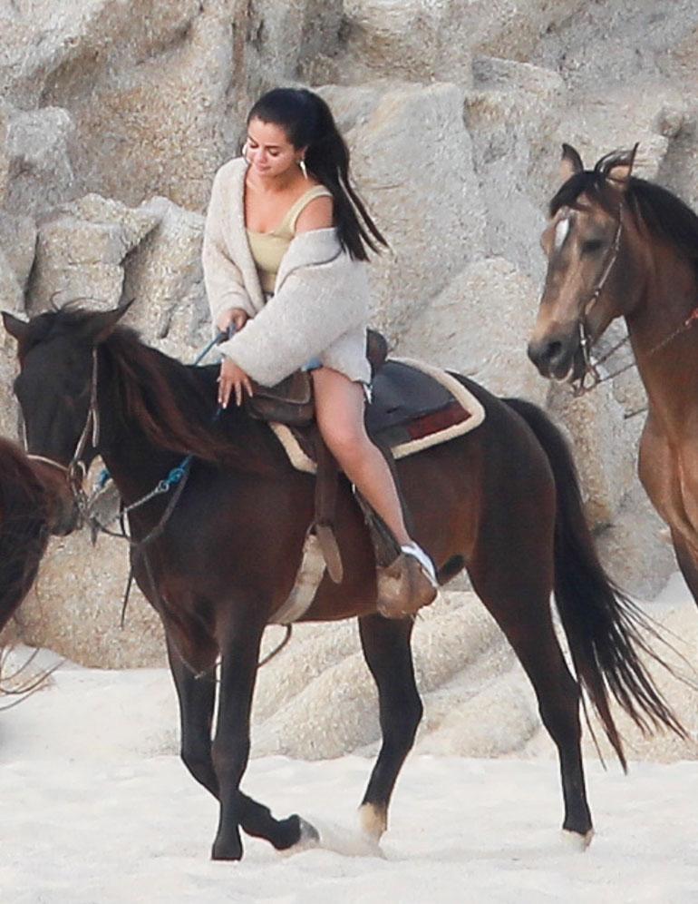 Selena ratsastaa