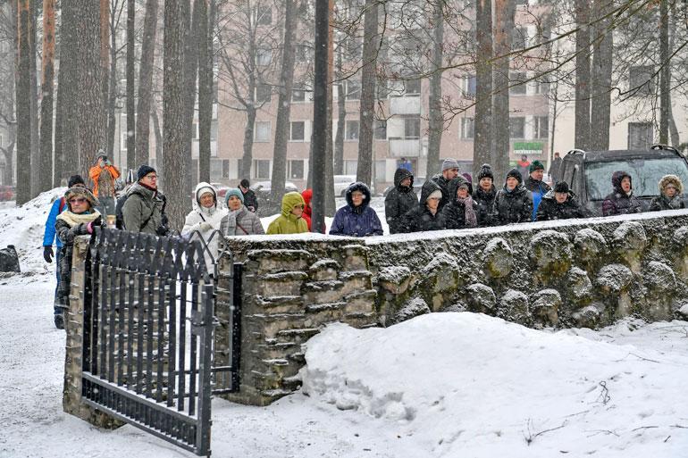 Jyväskylän vanhaa hautausmaata ympäröiville muurille oli saapunut usea sata silmäparia seuraamaan Matin viimeistä matkaa.