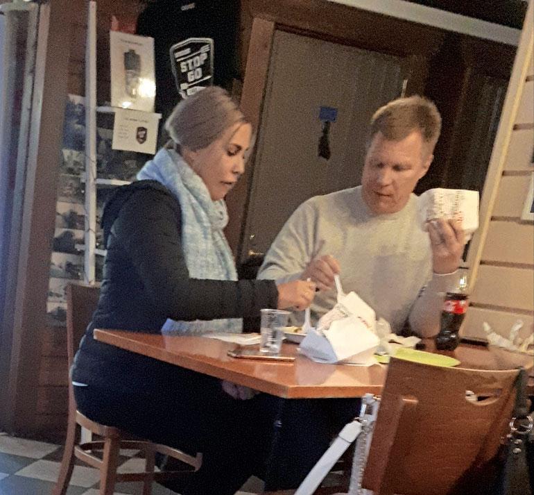 Mika Salo Henna-rakkaansa kanssa grillillä.
