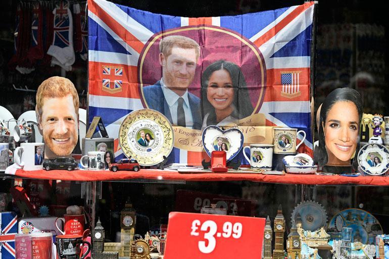 Britanniaan matkustat voivat kahmia matkamuistomyymälöistä tuotteita, joita koristaa kuninkaallisten kasvot.