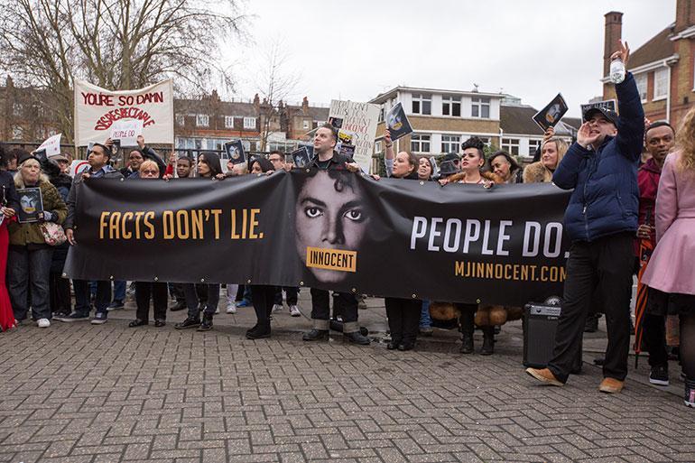 Michael Jacksonin fanit protestoivat