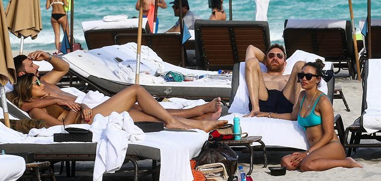 Guetta ja kaverit rannalla Miamissa