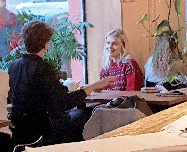 Alina Tomnikov viihtyi pubiravintolassa.