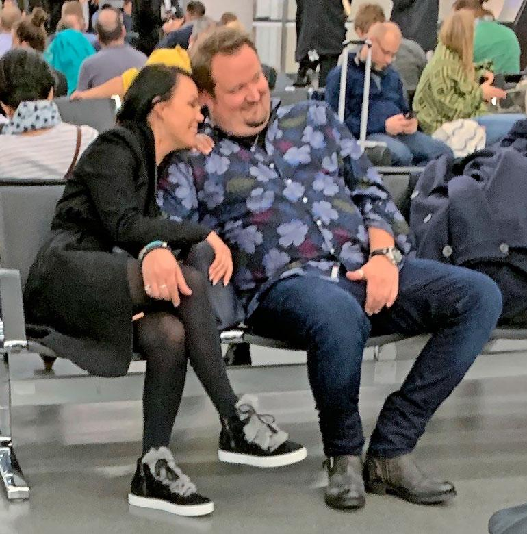 Sami ja Saija eivät peitelleet tunteitaan Wienin lentokentällä.