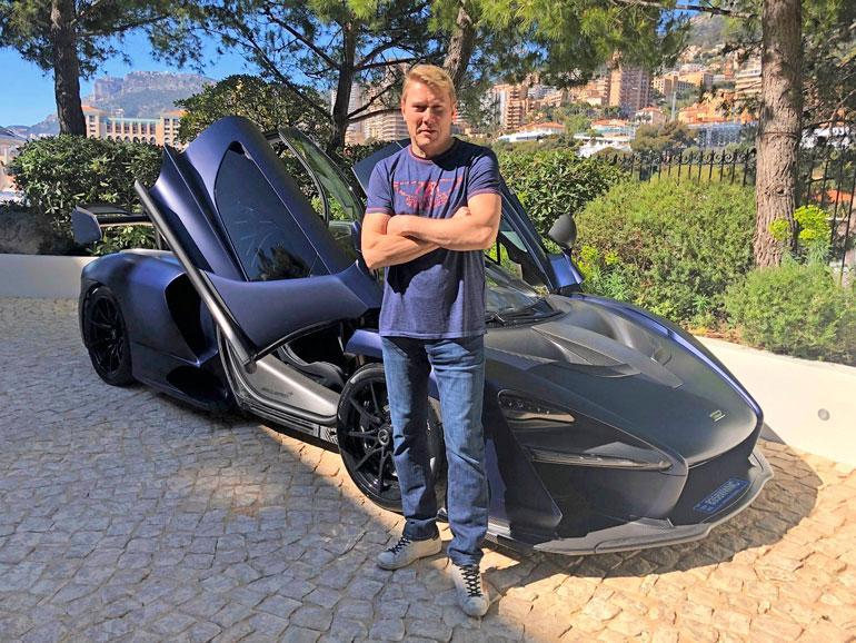 Häkkinen sai autonsa kotikaupungissaan Monacossa. F1-mestari on kotoisin Vantaan Martinlaaksosta.