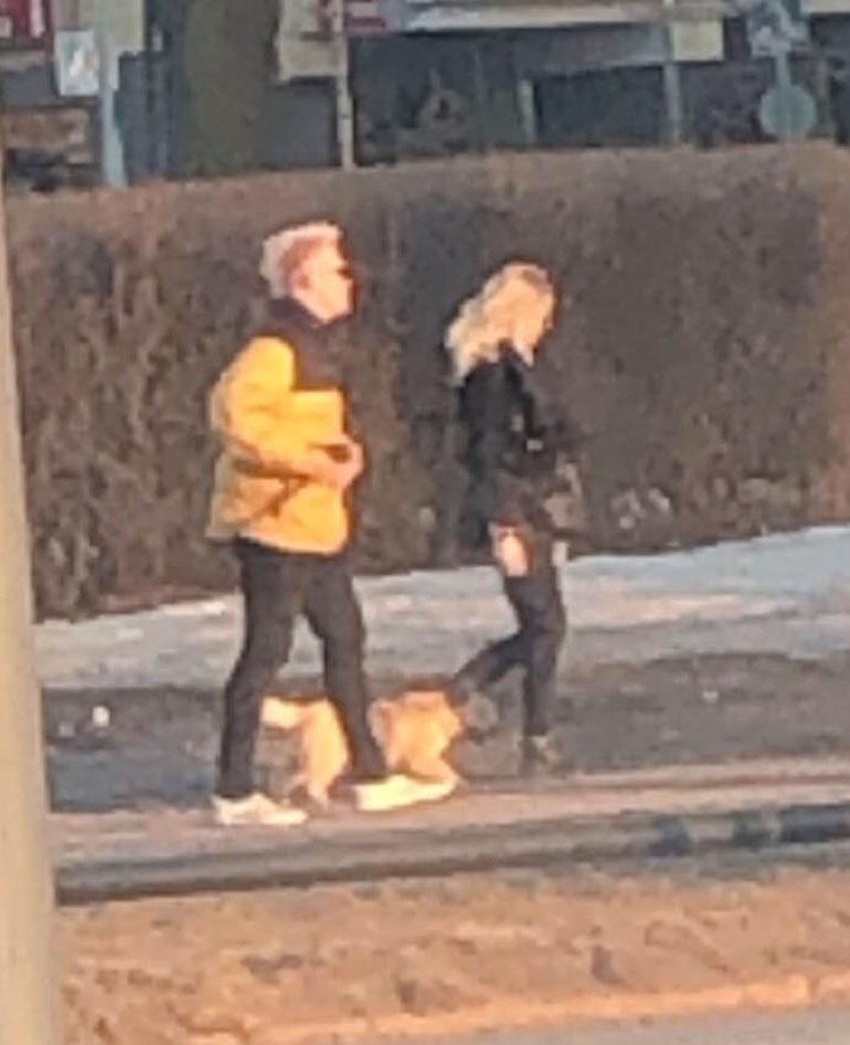 Arttu Lindeman ja blondi ulkoilemassa.