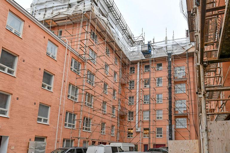 Kerrostalon ympärillä on rakennustelineet, sillä ullakkohuoneistojen arvioitu valmistumisaika on vasta heinäkuussa.
