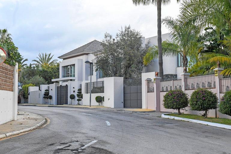 Talo on kadulta nähtynä varsin massiivinen, eikä se ole halpakaan.