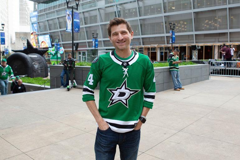 Ryan Hendricks saapui Dallasin kotiotteluun Heiskas-paidassa.