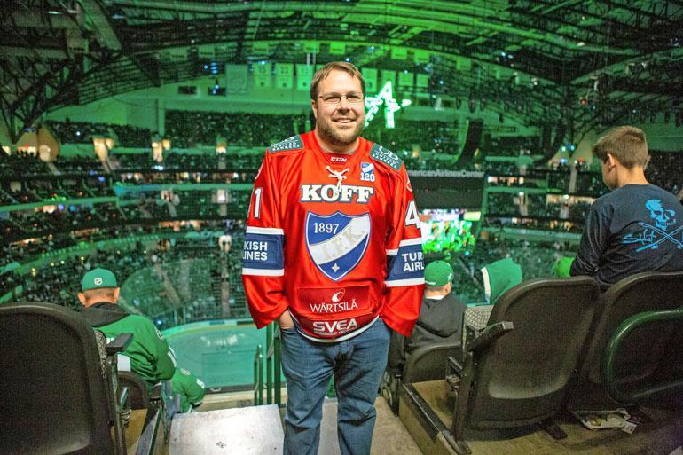 – Hahaa, en olekaan suomalainen! Mutta pukeudun mielelläni suomalaispelaajien paitoihin, Kent Kalkbrenner, 34, tunnustaa Seiskalle.