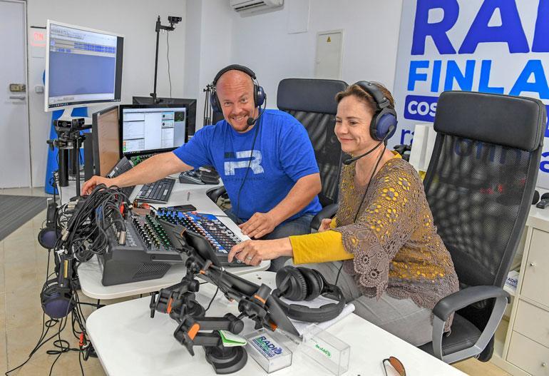 Henkka ja Raija juontavat yhdessä Radio Finlandian lähetyksiä Fuengirolasta. – Radio on uudistuksen jälkeen tukevasti jaloillaan, ja tulevaisuus näyttää hyvältä, he sanovat.