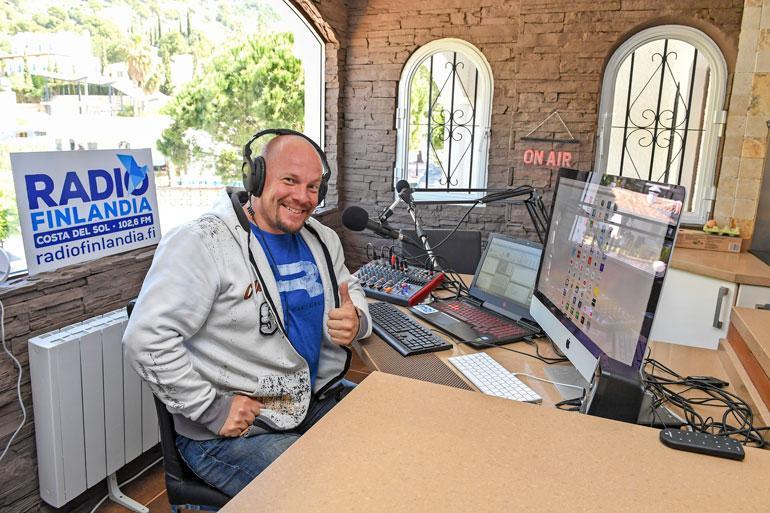 Henkka voi juontaa Radio Finlandian ohjelmia myös kotonaan, sillä hänellä on keittiössä oma livestudio!