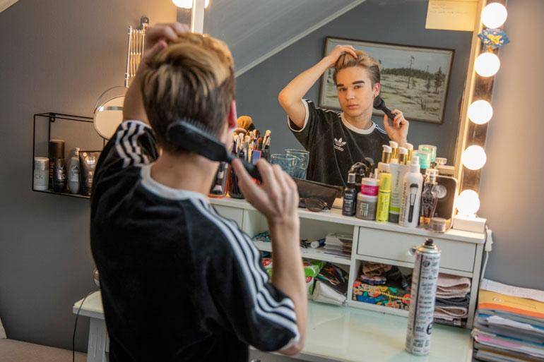 Harvalla teinipojalla on oma meikkipöytä, mutta Lukalla se on kovassa käytössä. – Perheeni on tukenut minua aina täysillä.