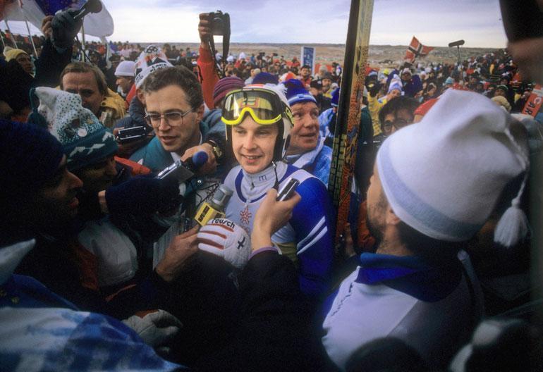 Toimittajatkin rakastivat Mattia. Tässä lauman keskellä Calgaryn talviolympialaisissa vuonna 1988.