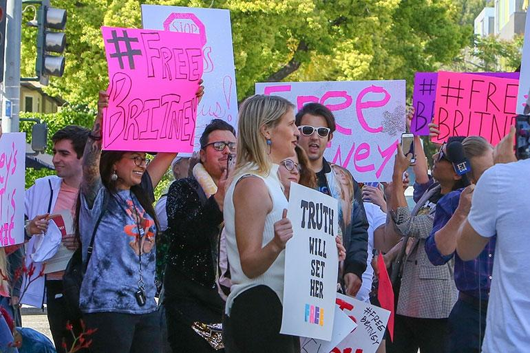 Britney Spearsin fanit osoittavat mieltään