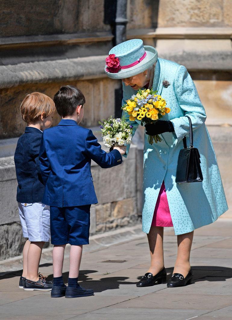 Lapset ojensivat kuningattarelle kukkia Pyhän Yrjön kappelin ulkopuolella.