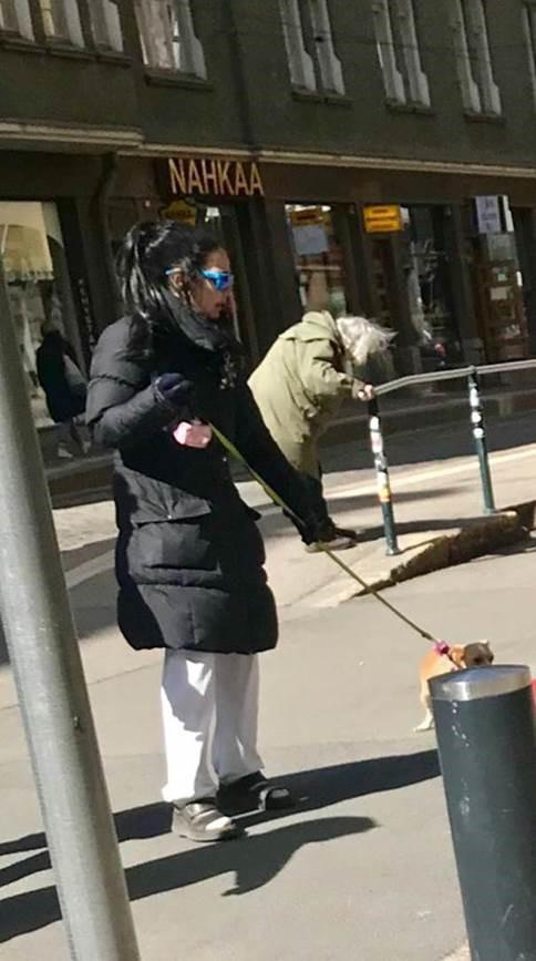 Outi Alanen taisteli toissasunnuntaina koiransa kanssa Helsingissä.