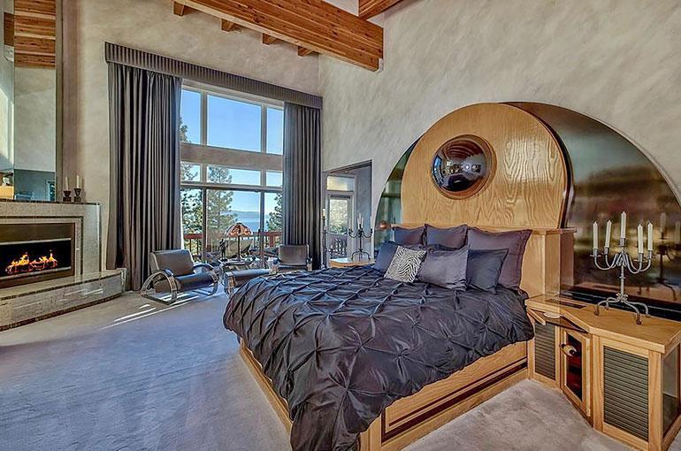 Muhkeavuoteisen makuuhuoneen ainoaksi tauluksi riittää ikkunan takaa avautuva jylhä maisema.